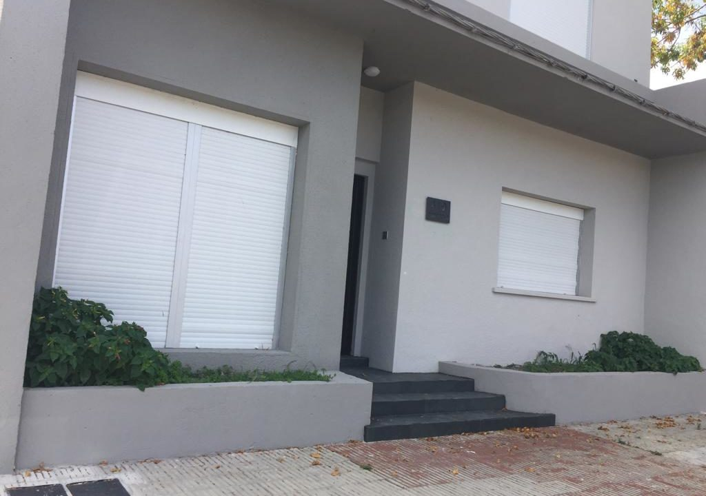 243-Casa alquilar en frente BIT-Colonia-Casa frente-2