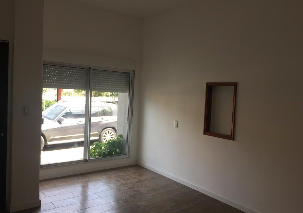 243-Casa alquilar en frente BIT-Colonia-Entrada y Living